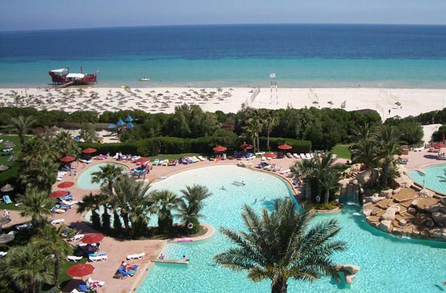 Piscine et plage de l'hôtel Sahara Beach